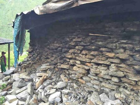 崩れたままの厨房の壁