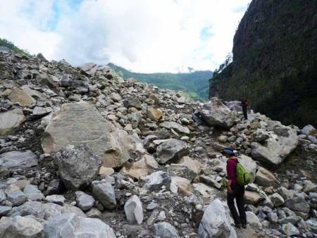 とても道とは言えない崩れた岩の上を歩く