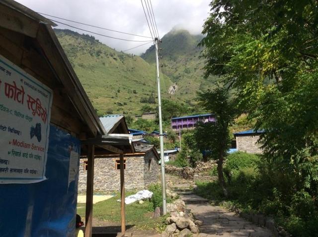 フィリム村の電柱と電線