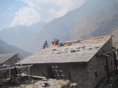 屋根の施工状況 破損していない石を選別して再利用