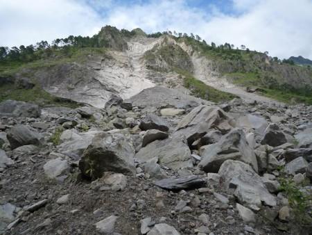 地滑りで削れた斜面