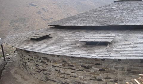 壁と屋根の修復が完了した厨房