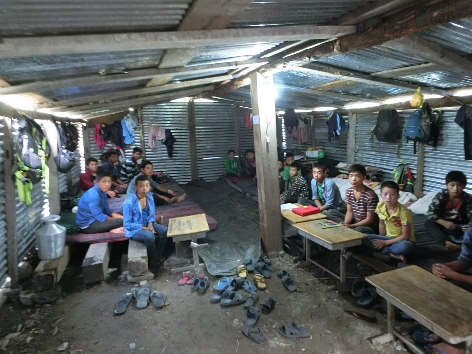 仮設宿舎で生活する生徒たち